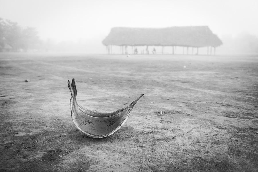 ronmnonnhonpin, neblina. riprem (parte de palmeira) utilizado para urucum no dia passado - pr'atica ancestral, ao fundo, a casa do guerreiro, ngà