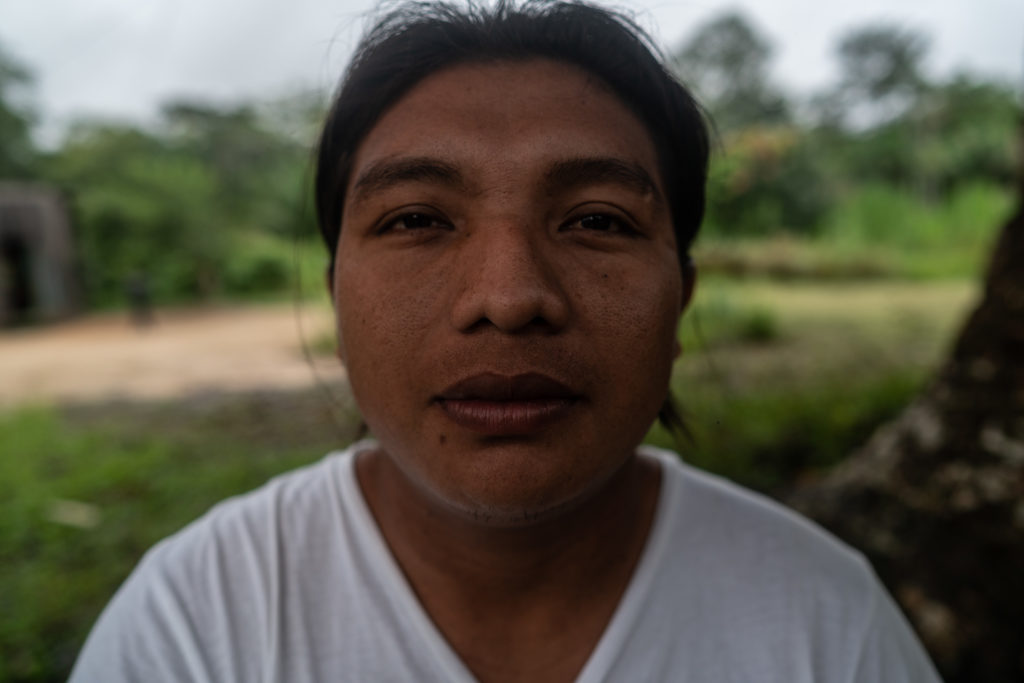 The cacique Andre Karipuna, only 26 years old. He inherited the position and threats of his brother Adriano for denouncing the theft of wood and the shackling of lands.